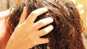 сухой скраб их соды на волосах