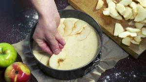 выкладываем яблоки в тесто