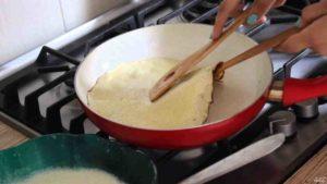 красная сковорода готовим