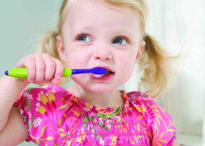 девочка лечит зубы
