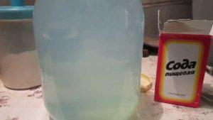 пачка пищевой соды и бутыль