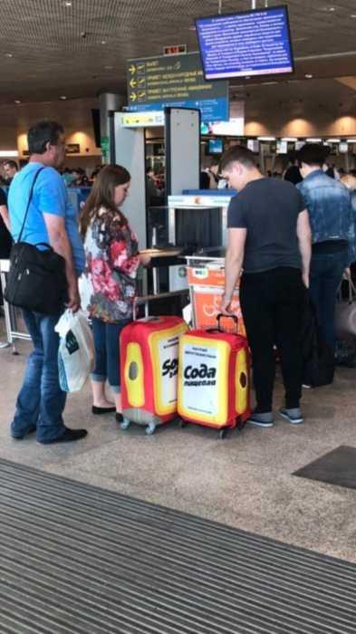 пачка соды в аэропорте из сумки